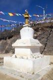 Chorten e le bandiere di preghiera alla La di Yutong passano, il Bhutan Immagine Stock Libera da Diritti