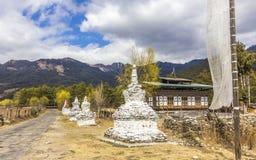 Chorten en la carretera nacional, Bhután imagen de archivo libre de regalías