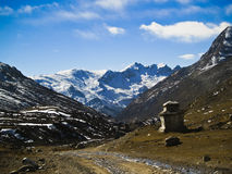 Chorten en vallée de l'Himalaya Image stock