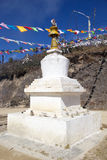 Chorten et drapeaux de prière à la La de Yutong passent, le Bhutan Image libre de droits