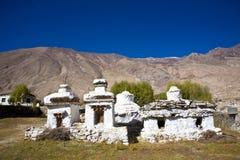Chortens или Stupas около монастыря Diskit, долины Nubra, Leh-Ladakh, Джамму и Кашмир, Индии Стоковая Фотография RF