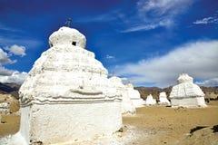 Chortens или Stupas около Shey на шоссе Leh-Manali, Leh-Ladakh, Джамму и Кашмир, Индии Стоковая Фотография