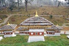 Chortens на пропуске Dochula, Бутан Стоковое Изображение