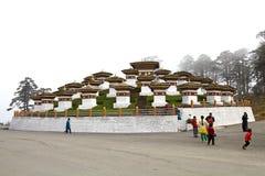 Chortens на пропуске Dochula, Бутан Стоковые Фото