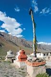 Chortens con las banderas del rezo cerca de Rangdum, Zanskar, Ladakh, Jammu y Cachemira, la India fotografía de archivo