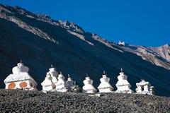 Chortens o Stupas cerca del monasterio de Diskit, valle de Nubra, Leh-Ladakh, Jammu y Cachemira, la India fotografía de archivo libre de regalías