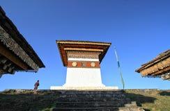 108 chortens stupas上面,以纪念的纪念品 免版税库存图片