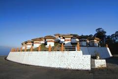 108 chortens stupas是纪念品以纪念Bhuta 免版税库存图片