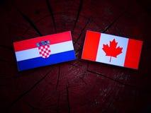 Chorwaci flaga z kanadyjczyk flaga na drzewnym fiszorku odizolowywającym zdjęcia stock