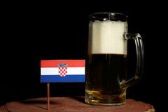 Chorwaci flaga z piwnym kubkiem na czerni Obrazy Stock