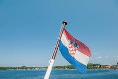 Chorwacja chorągwiany latanie w wiatrze na tle linia brzegowa B??kitny bezchmurny niebo obraz stock
