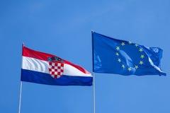 Chorwacja i europejczyka flaga rezygnuje w powietrzu z niebieskiego nieba tłem Chorwacja jest młodym krajem który łączył UE obrazy royalty free