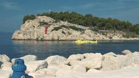 Chorwacja Makarska Mała żółta łódź podwodna niesie turystów na pikowaniu zbiory wideo