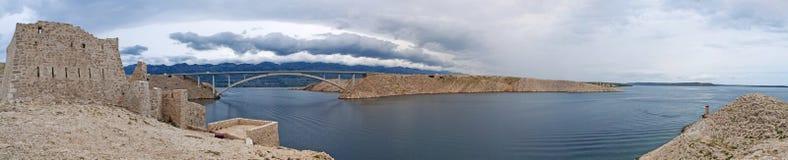 Chorwacja, Pag wyspa, PaÅ ¡ ki Najwięcej, PaÅ ¡ ki most, most, wieża obserwacyjna, stara, ruiny, pogoda sztormowa, wyspa Pag, Eur zdjęcia stock
