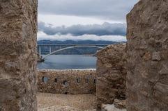 Chorwacja, Pag wyspa, PaÅ ¡ ki Najwięcej, PaÅ ¡ ki most, most, wieża obserwacyjna, stara, ruiny, pogoda sztormowa, wyspa Pag, Eur obrazy stock