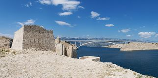 Chorwacja, Pag wyspa, PaÅ ¡ ki Najwięcej, PaÅ ¡ ki most, most, wieża obserwacyjna, stara, ruiny, pogodne, wyspa Pag, Europa, fale fotografia royalty free