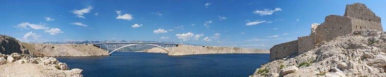 Chorwacja, Pag wyspa, PaÅ ¡ ki Najwięcej, PaÅ ¡ ki most, most, wieża obserwacyjna, stara, ruiny, pogodne, wyspa Pag, Europa, fale zdjęcia stock