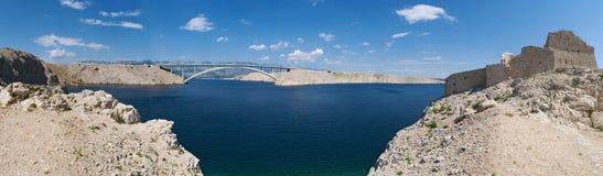 Chorwacja, Pag wyspa, PaÅ ¡ ki Najwięcej, PaÅ ¡ ki most, most, wieża obserwacyjna, stara, ruiny, pogodne, wyspa Pag, Europa, fale obrazy stock