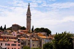 Chorwacja, Rovinj Istria, Istria, Europa Fontanny domy i wierza dzwonkowy wierza średniowieczny miasto zdjęcie royalty free