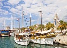 Chorwacja, statki wycieczkowi cumujący przy Trogir quayside Obrazy Stock