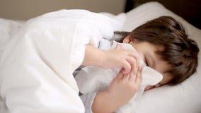 Chory chłopiec kichnięcie zbiory
