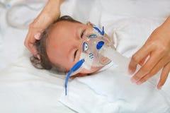 Chory ch?opiec stosowa? wdycha lekarstwo inhalacji mask? leczy? Oddechowego Syncytial wirusa RSV na cierpliwym ? zdjęcie stock