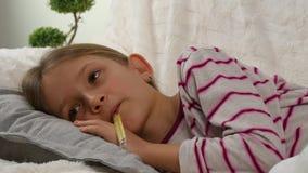 Chory dziecko portret z termometrem, chora dziewczyna w łóżku, smutny dzieciaka cierpienia zimno 4K zbiory