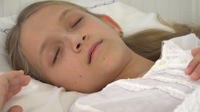Chory dziecko w łóżku, Chory dzieciak z termometrem, dziewczyna w szpitalu, pigułki medycyna zdjęcia stock