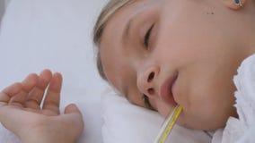 Chory dziecko w łóżku, Chory dzieciak z termometrem, dziewczyna w szpitalu, pigułki medycyna obraz stock