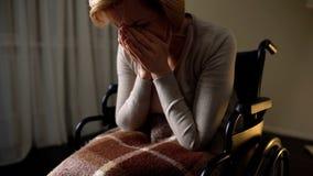 Chory kobieta wózka inwalidzkiego uczucie osamotniony i przygnębiony, beznadziejność w karmiącym domu obraz royalty free