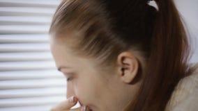 Chory kobiety kichnięcie, dmuchanie i jej nos opłata alergia zdjęcie wideo