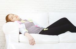Chory kobiety lying on the beach na łóżku obraz royalty free