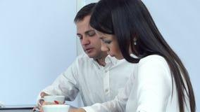 Chory młodego człowieka kichnięcie podczas gdy zmartwiona kobieta sprawdza jego kierowniczego dla febry i daje on pielusze zdjęcie wideo