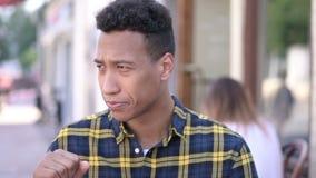 Chory młody afrykański mężczyzny kasłać plenerowy zbiory