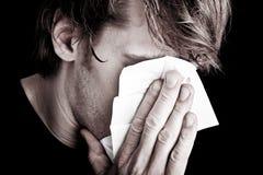 Chory mężczyzna dmuchania nos Zdjęcia Royalty Free
