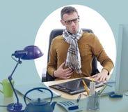 Chory niezależny mężczyzna cierpienie od bolesnej żołądek obolałości przy biurem Obrazy Royalty Free