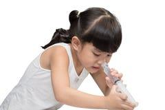 Chorych dzieci Zasolony nosowy obmycie na białym tle zdjęcia royalty free