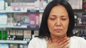 Chorzy kobiet spojrzenia przy kamerą i kasłaniami zdjęcie royalty free