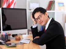 Chose d'homme d'affaires et travail sur l'ordinateur photo stock