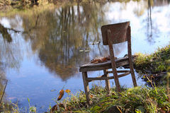 Choses étonnantes autour de nous en nature - choses oubliées - chaises Image libre de droits