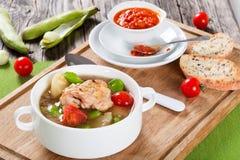 Choses braisées de poulet avec les pommes de terre de primeurs et les tomates image stock