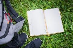 Choses d'école sur l'herbe Photo libre de droits