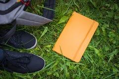 Choses d'école sur l'herbe Photo stock