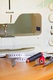 Choses de couture avec la machine à coudre Photo stock