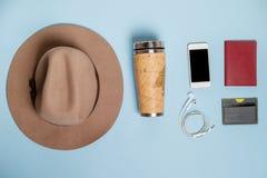 Choses de déplacement avec le chapeau, carte de banque, thermos Vue supérieure Images libres de droits