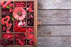 Choses de jour de valentines petites dans une boîte Photos stock