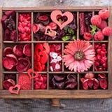 Choses de jour de valentines petites dans une boîte Photographie stock