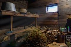 Choses dispersées dans un hangar en bois Photos stock