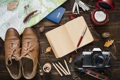 Choses pour le voyage sur la table en bois image stock