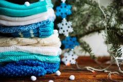 choses tricotées colorées des fils de laine sur l'étagère Photos stock